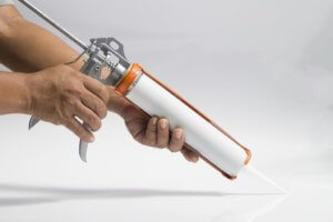 coller une plinthe avec une colle néoprene