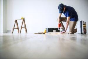 Coller une plinthe sur un mur non plan